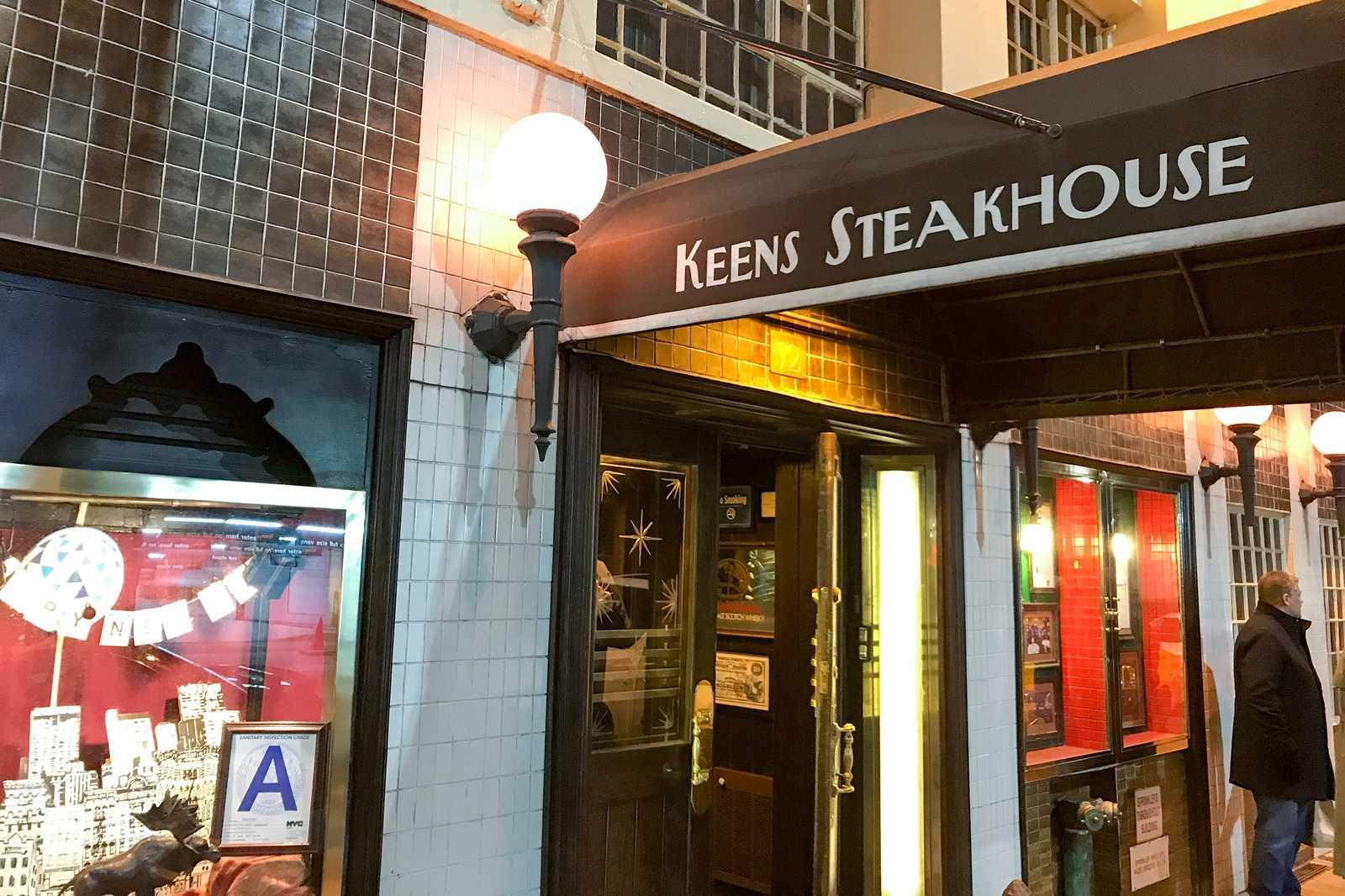 Der Eingang in das Keens Steakhouse in New York City