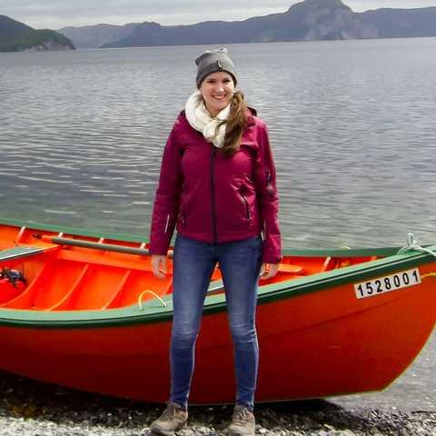 Mitarbeiterin Bianca Schabel am Ufer der Coxs Cove in Neufundland und Labrador
