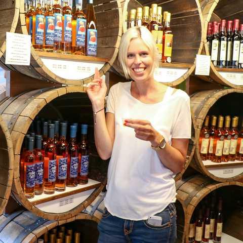 Mitarbeiterin Christina Maier in einer Cidrerie in Quebec