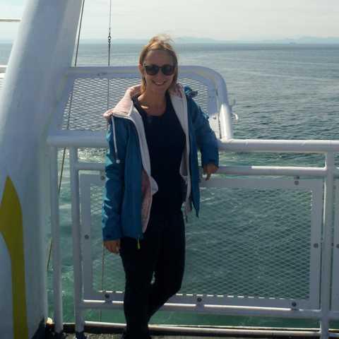 Mitarbeiterin Cindy Heider auf einer Fähre in Richtung Victoria