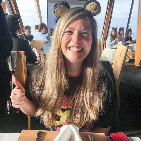 Mitarbeiter Nadezhda beim Frühstück mit den Bären Event am Grouse Mountain nahe Vancouver