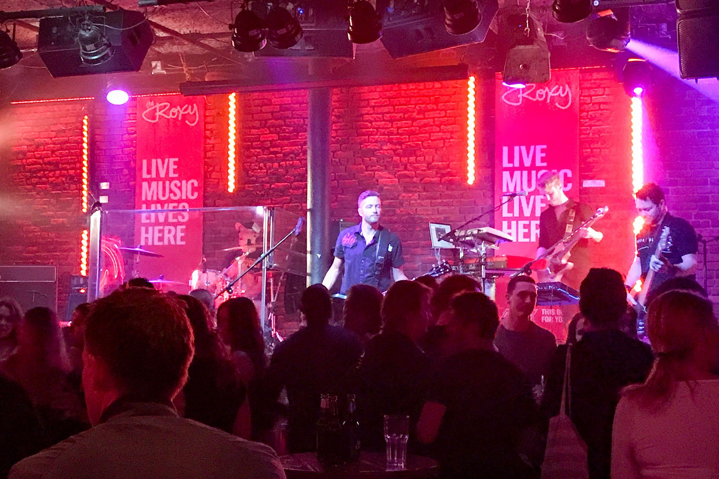 Ein Konzert in der Roxy Bar in Vancouver