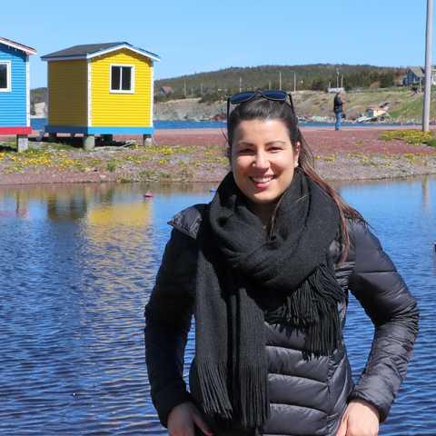 Mitarbeiterin Sarina vor bunten Häusern in Cavendish, Neufundland