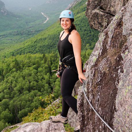 Sarina beim Klettern im Via Ferrata