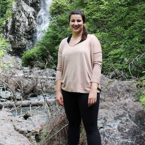Sarina vor Wasserfall in Sepaq