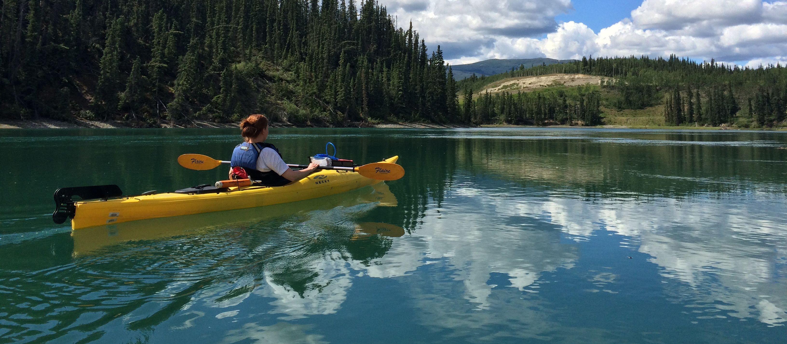 Odette im Kanu auf dem Yukon River