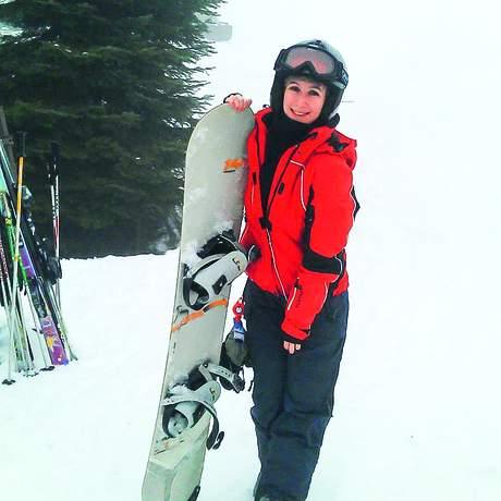 Mitarbeiterin Marie mit Snowboard in den Vail Resorts
