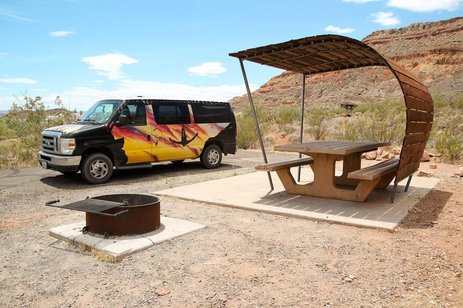 Ein Escape Campervan auf einem Campground im Quail Creek State Park in Utah