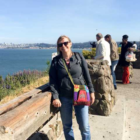 Mitarbeiterin Carola Bank vor der Golden Gate Bridge am Lime Point in den USA