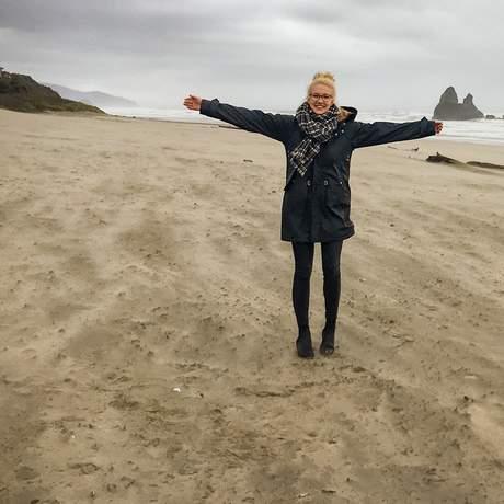 Mitarbeiterin Laura am Strand von Cannon Beach