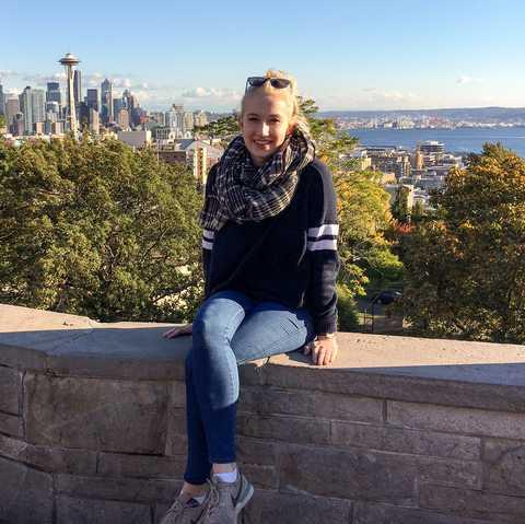 Mitarbeiterin Clara im Kerry Park, mit Ausblick auf Seattle