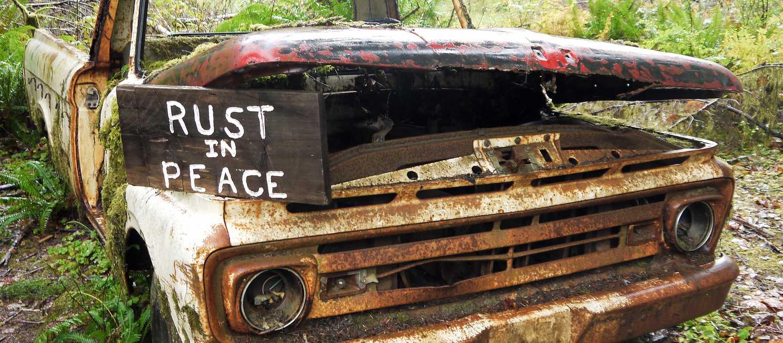 Ein altes Auto im Olympic National Park