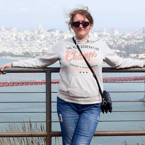 Mitarbeiterin Kasia vor der Golden Gate Bridge in San Francisco