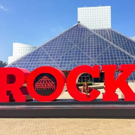 Mitarbeiterin Katja vor der Rock'n Roll Hall Of Fame in Cleveland, Ohio
