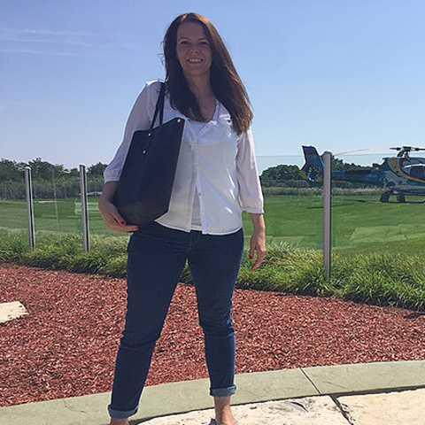Kristina vor einem Helicopter