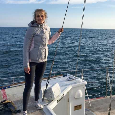Mitarbeiterin Laura auf einem Boot der Cruise Santa Barbara