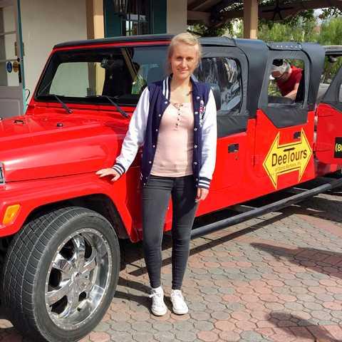 Mitarbeiterin Laura vor einem Jeep der DeeTours in Santa Barbara