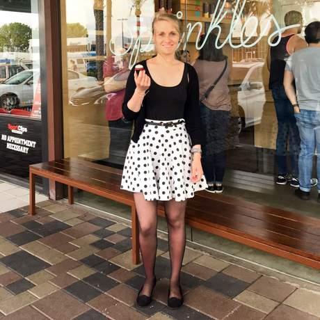 Mitarbeiterin Laura vor dem Sprinkles Cupcake Geschäft in San Diego