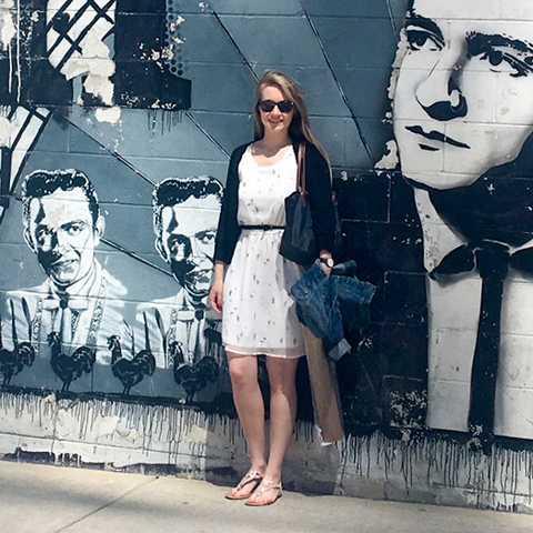 Mitarbeiterin Laura vor dem Johnny Cash Mural in Nashville