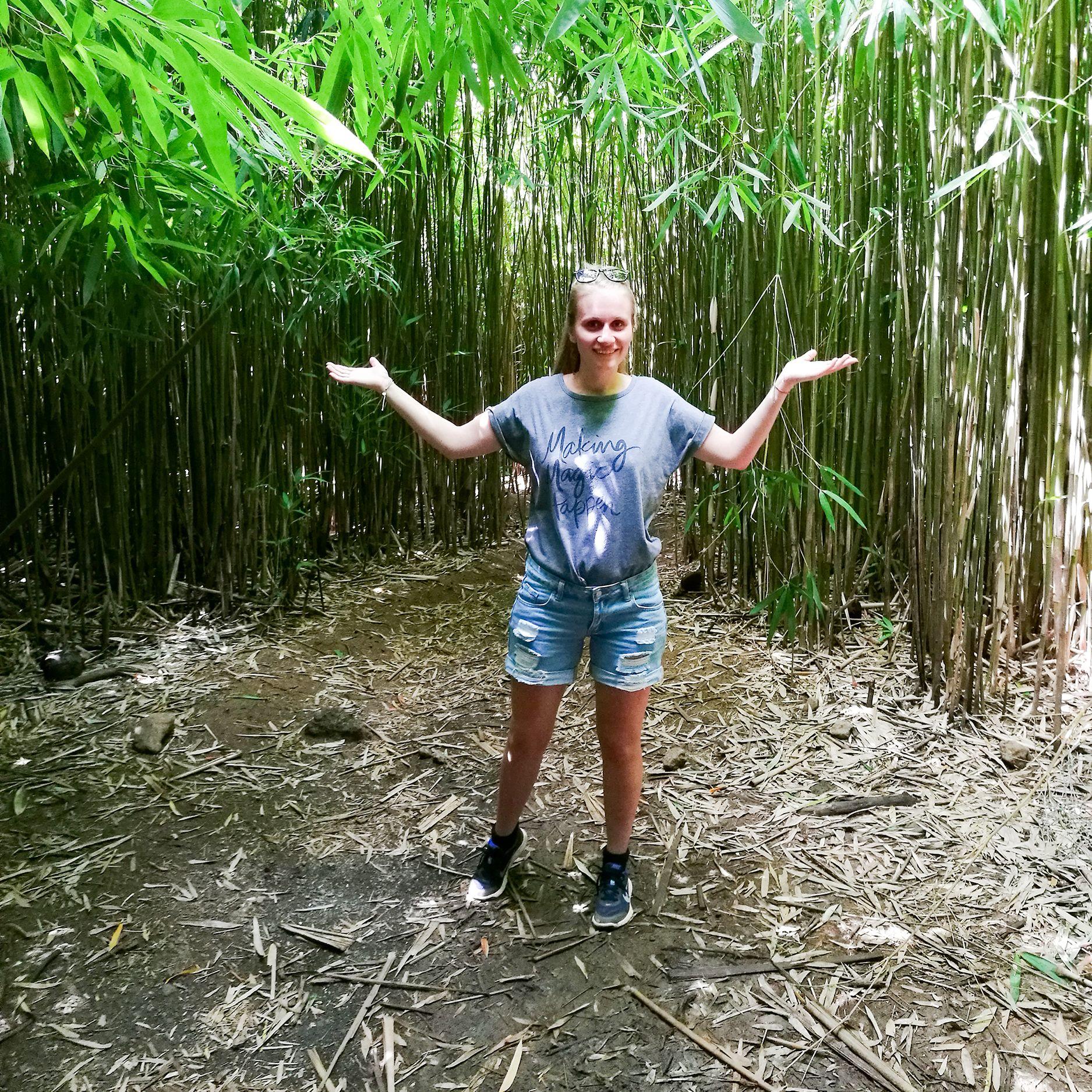 Mitarbeiterin Laura Hoffmann im Bamboo Forest auf Maui, Hawaii