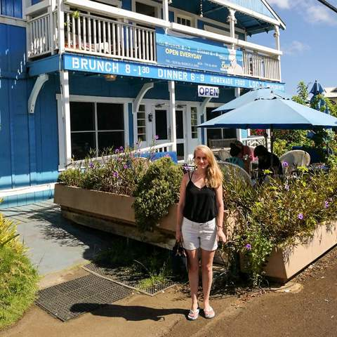 Mitarbeiter Laura vor dem Art Café Hemingway auf Kauai
