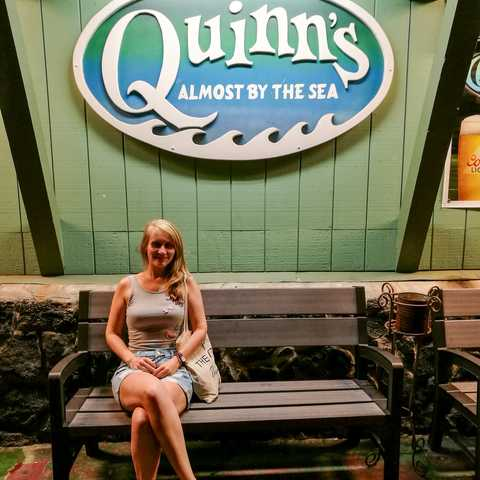 Mitarbeiterin Laura vor dem Quinn's Restaurant in Kailua-Kona, Hawaii