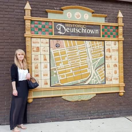 Mitarbeiterin Laura im Deutschtown-Viertel von Pittsburgh, Pennsylvania