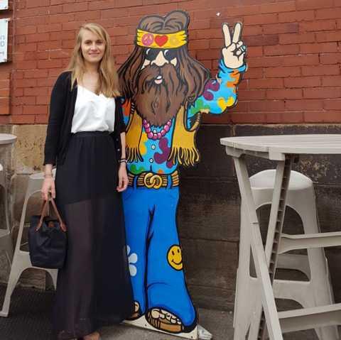 Mitarbeiterin Laura vor einem Donut-Laden in Pittsburgh