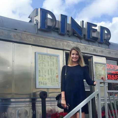 Mitarbeiterin Lena vor dem 11th Street Diner in Miami Beach