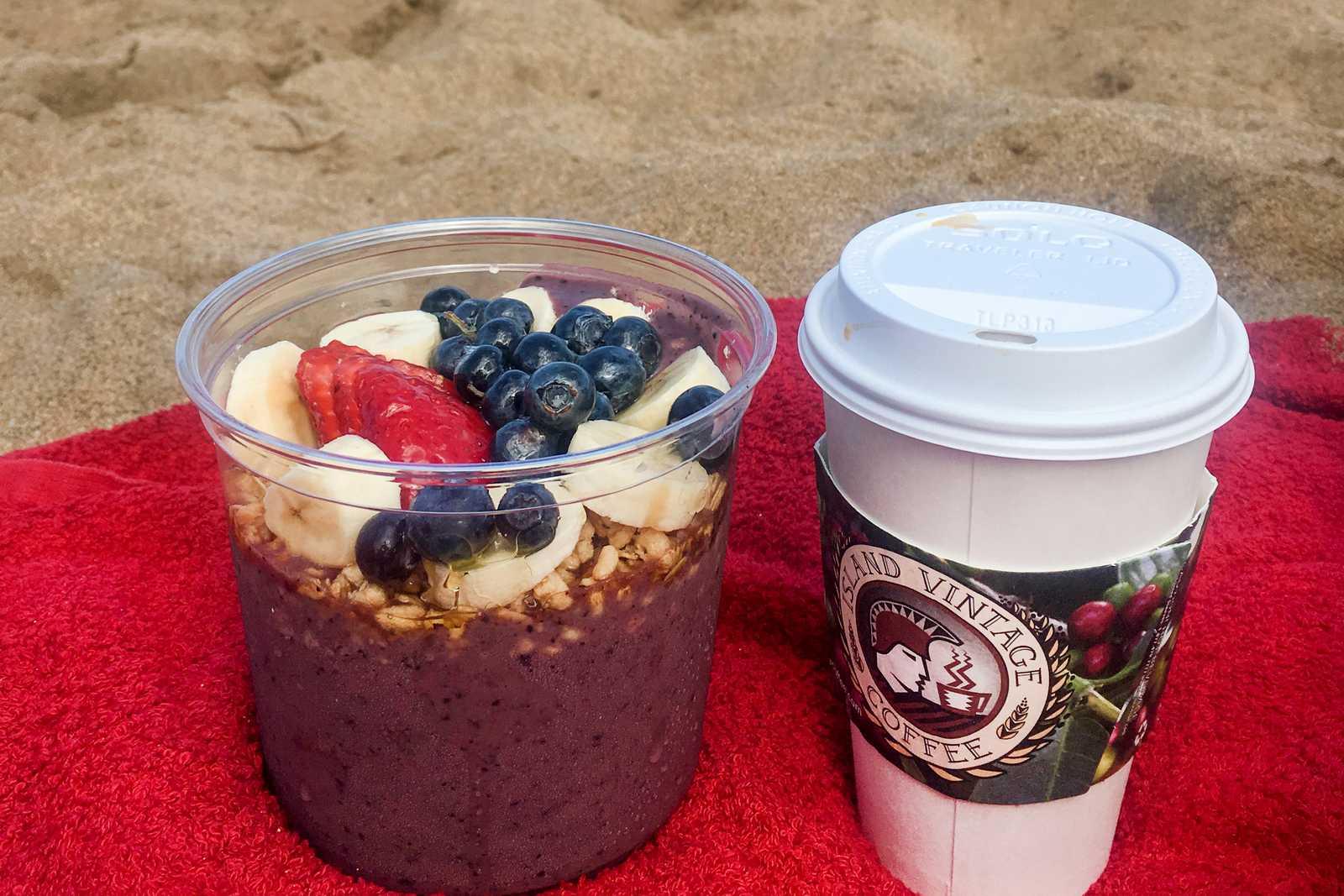 Eine Acai Bowl und einen Kaffee am Strand von Maui genießen