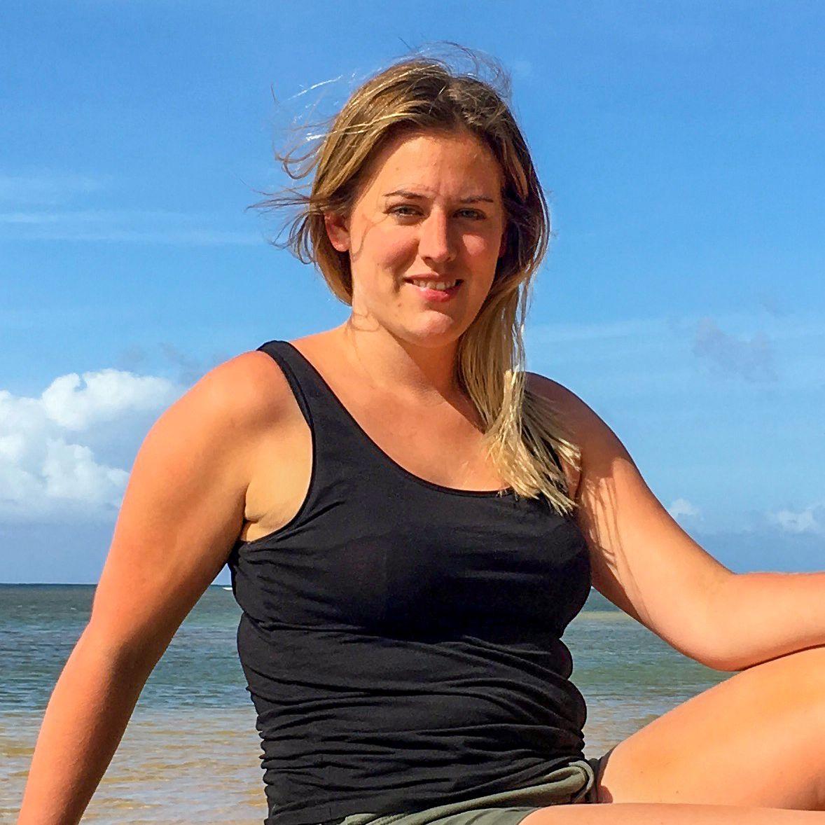 Mitarbeiterin Michelle am Strand der hawaiischen Insel Kauai