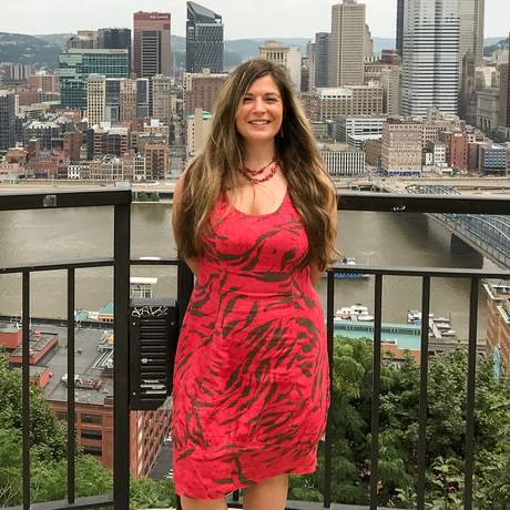 Mitarbeiterin Nadezhda vor der Skyline von Pittsburgh