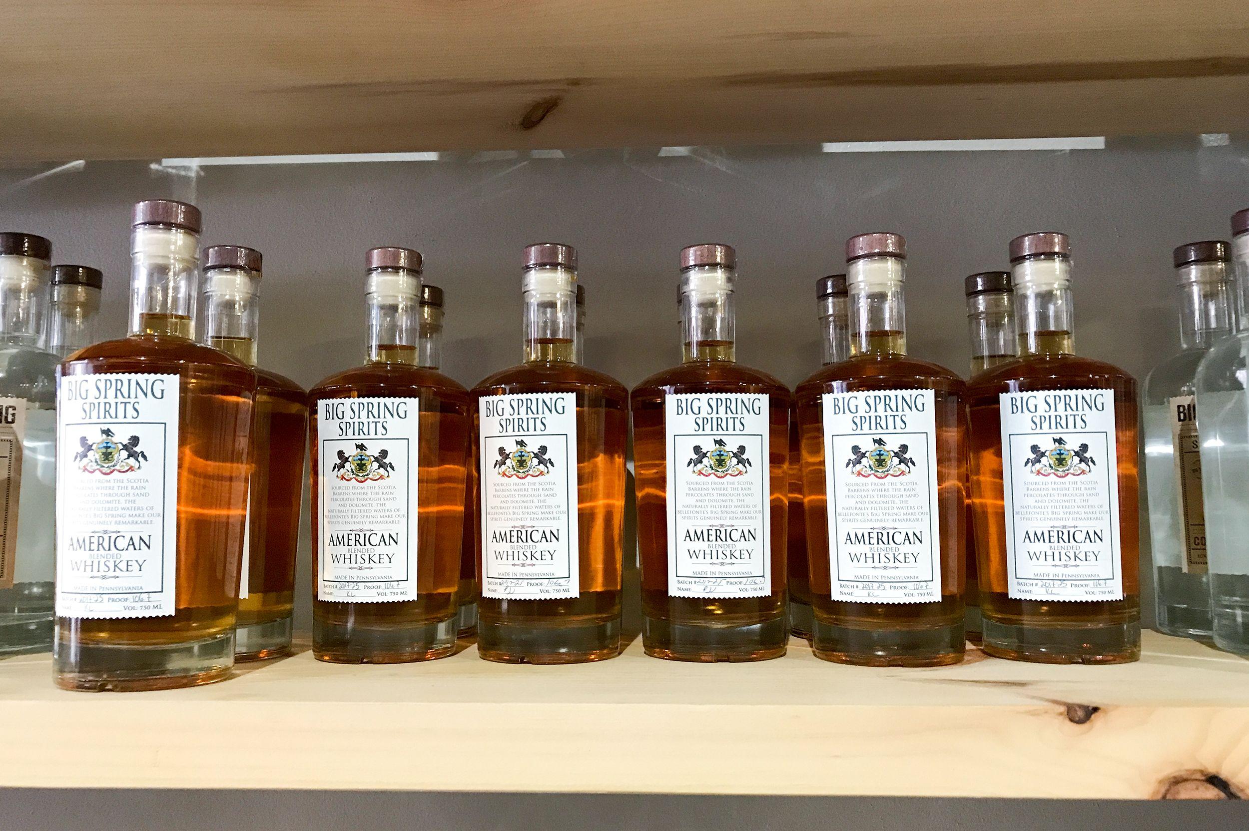 Ein Regal mit Whisky im Pennsylvania Libations Shop in Pittsburgh