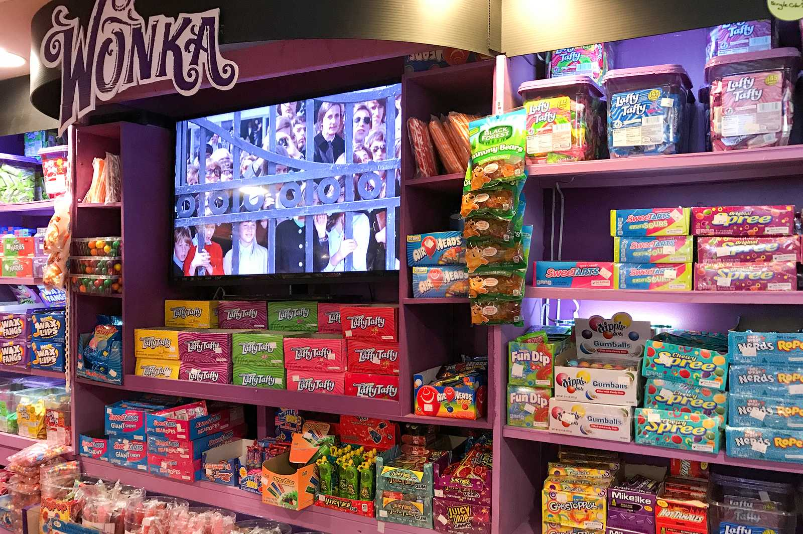 Wonka-Regal im Grandpa Joe's Candy Shop in Pittsburgh
