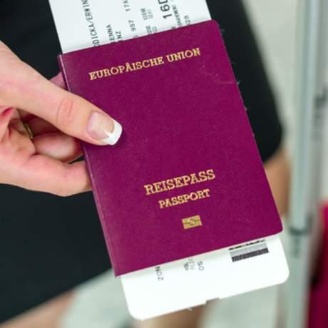 Reisepass, Koffer und Flugticket