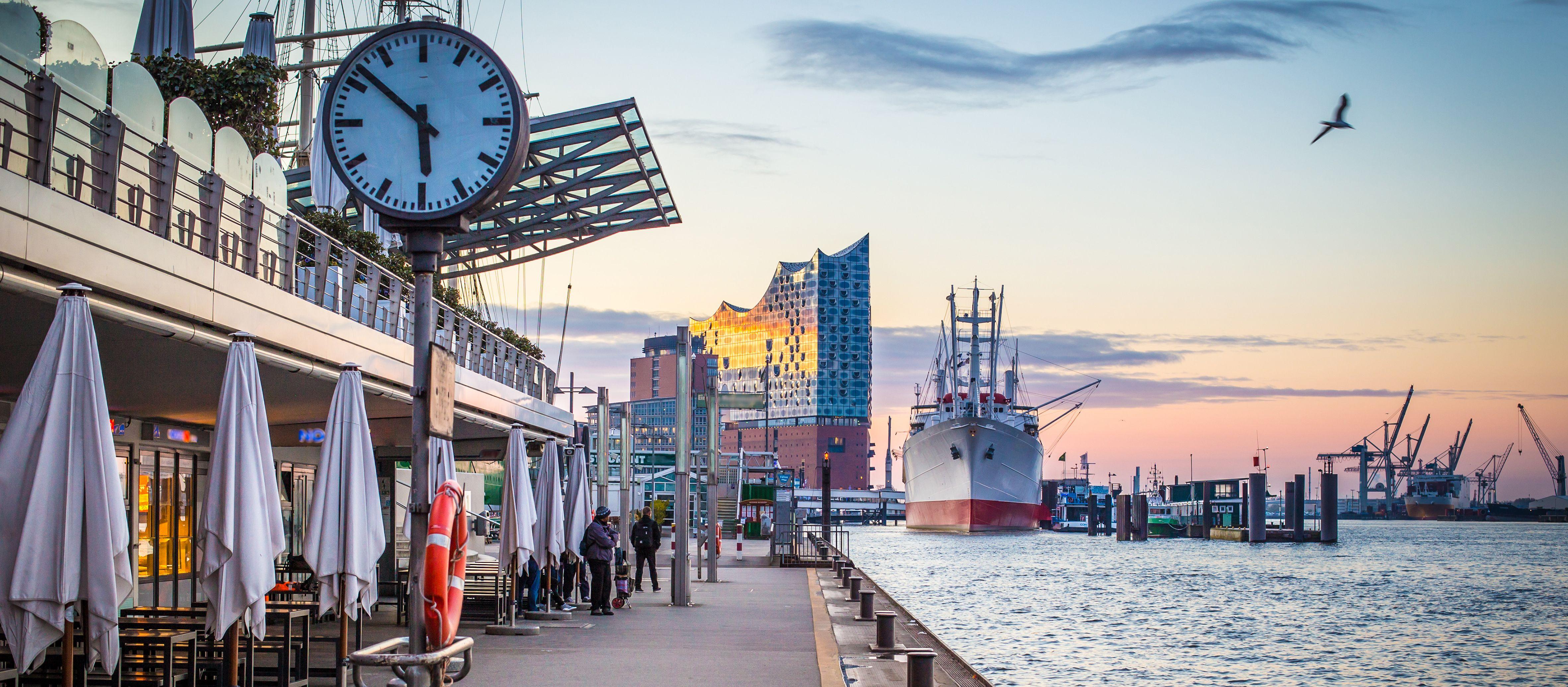 Blick auf den Hamburger Hafen und die Elbphilharmonie in Hamburg
