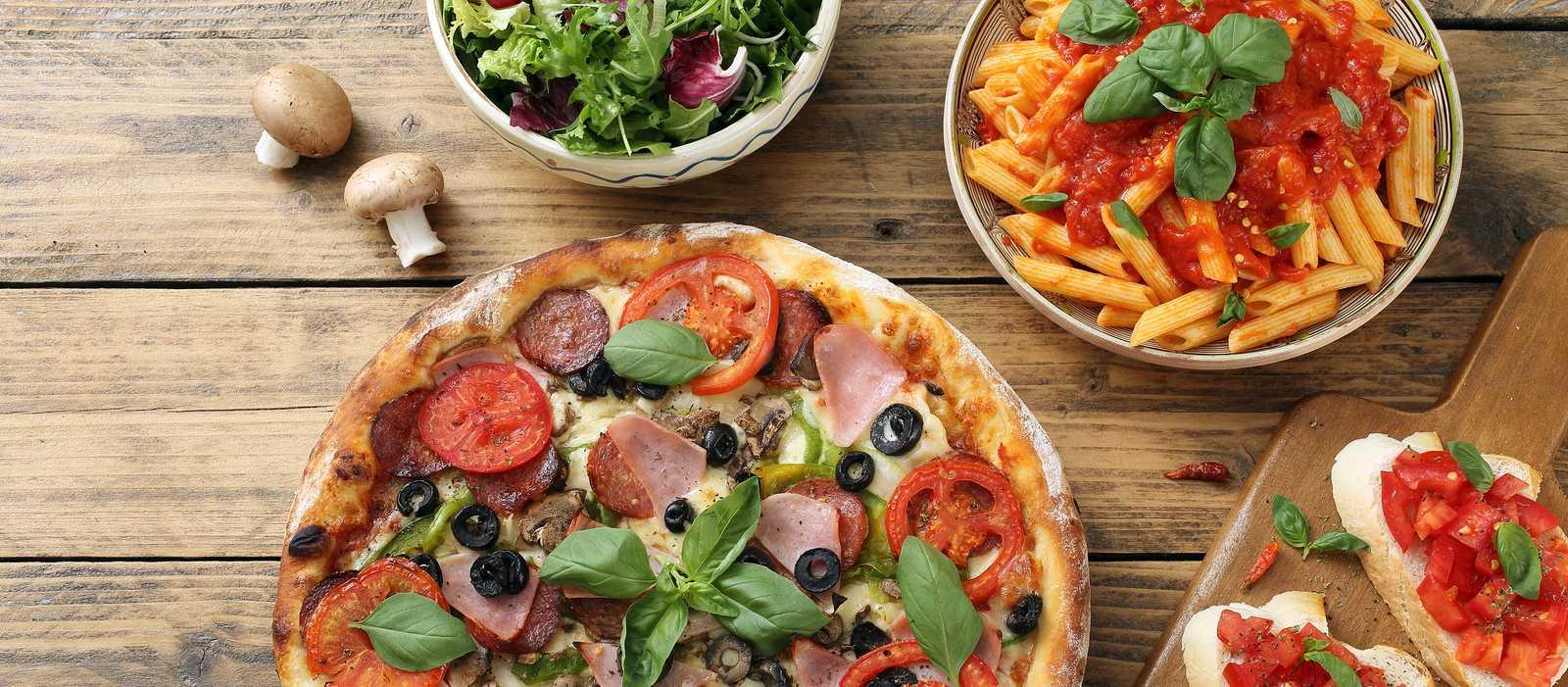 Ein Tisch gedeckt mit Gerichten aus der italienischen Küche