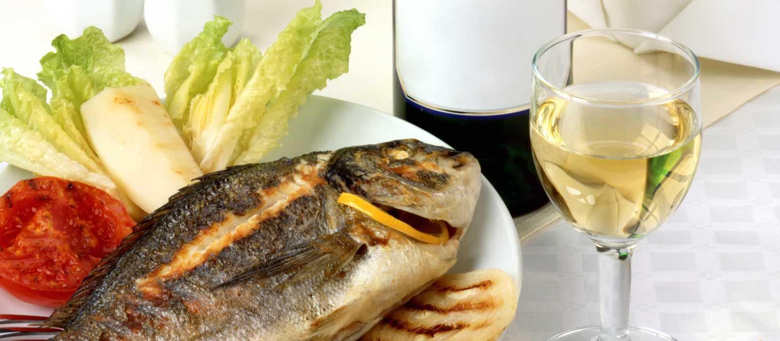 Ein Fischgericht mit Weißwein