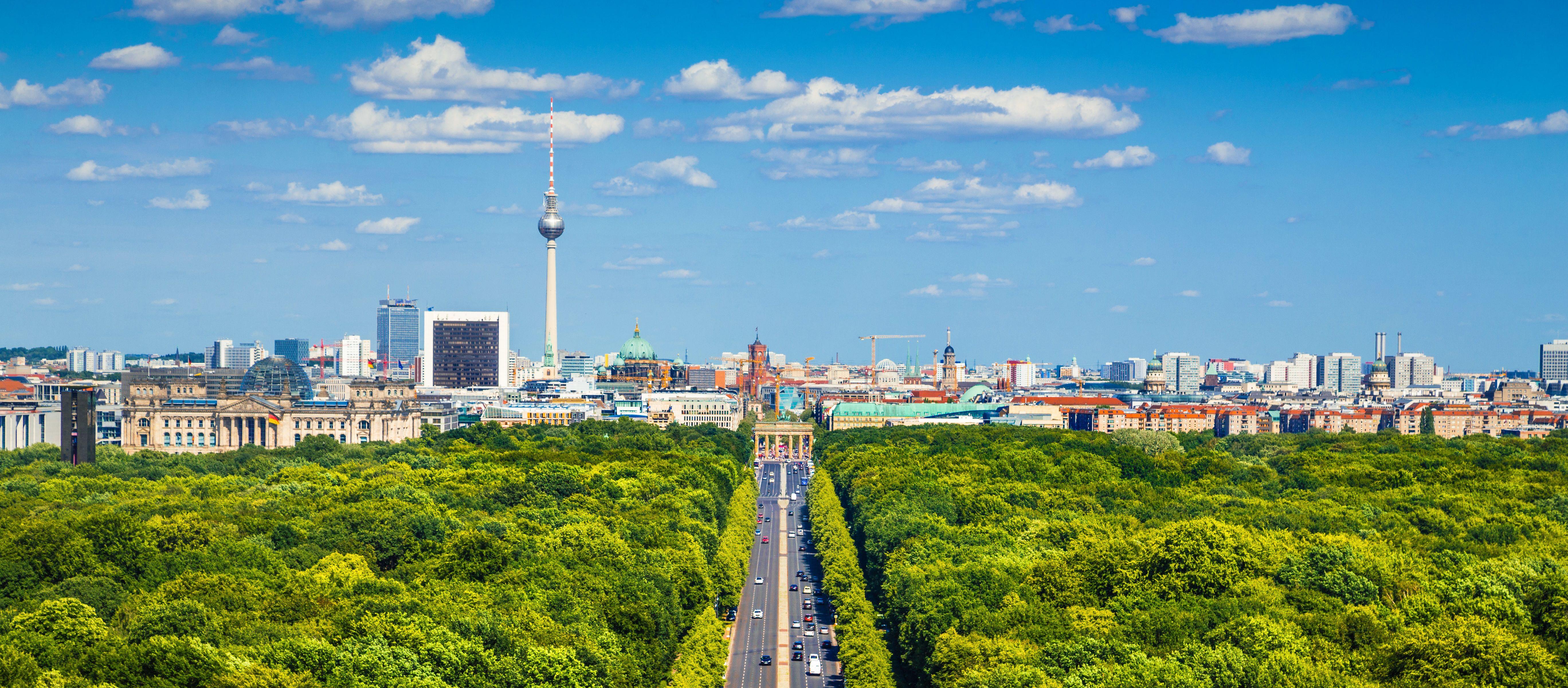 Ein Skyline-Panorama der deutschen Hauptstadt Berlin