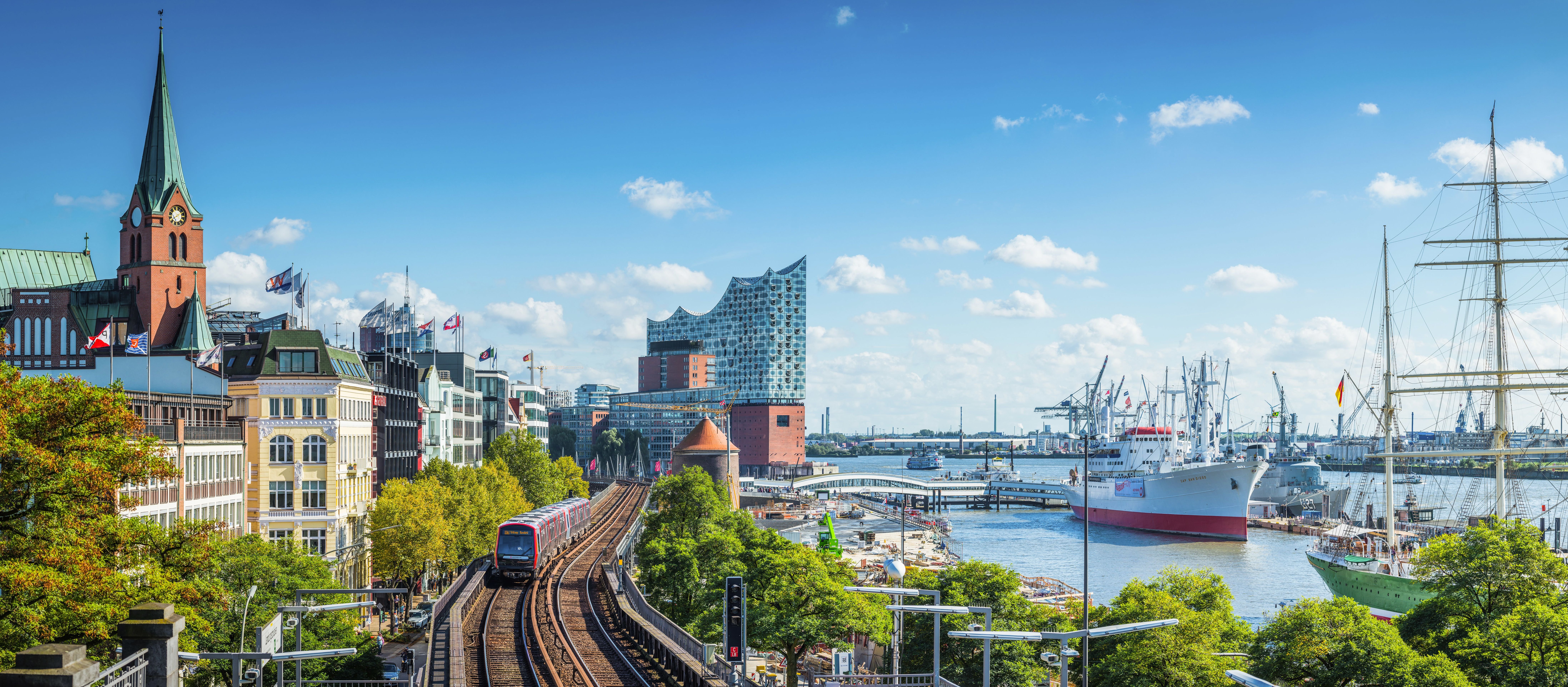 Panoramablick über die Uferpromenade der Hamburger Innenstadt