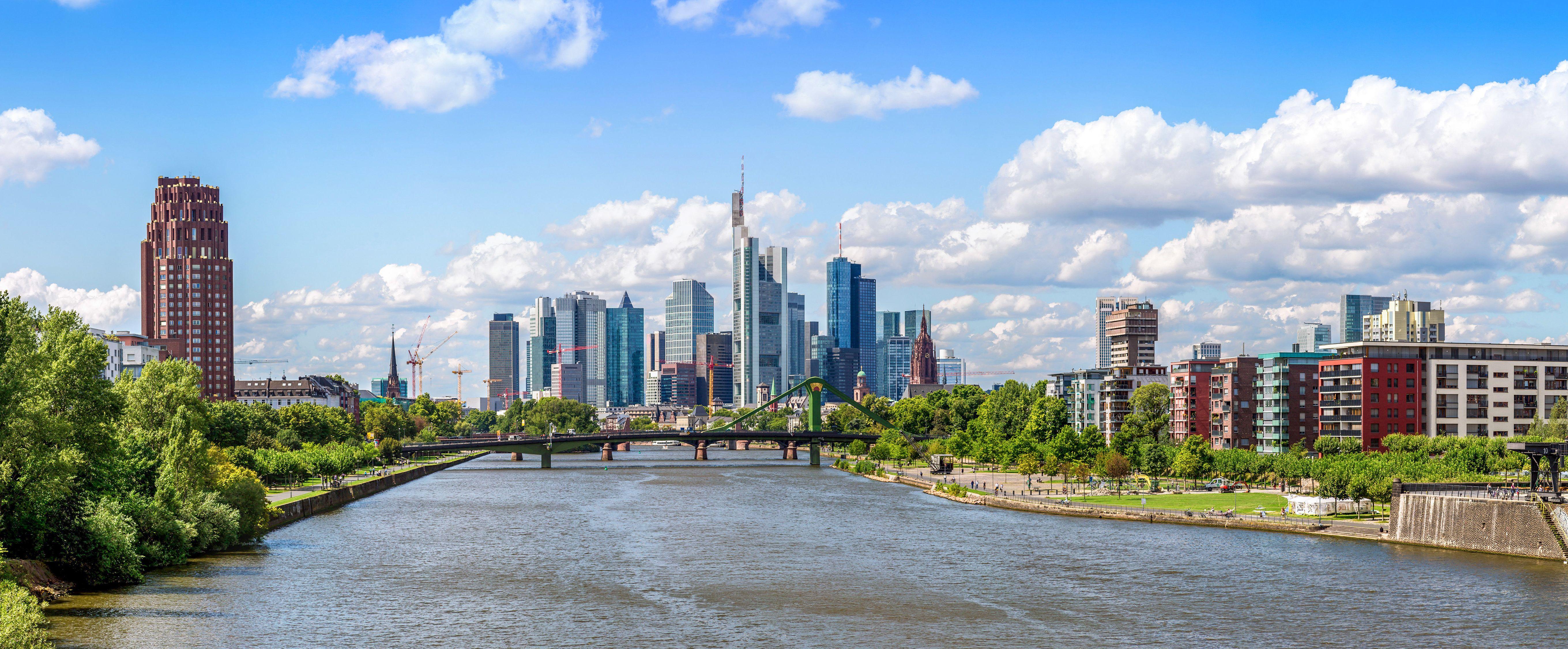 Sommerpanorama des Finanzviertels in Frankfurt am Main