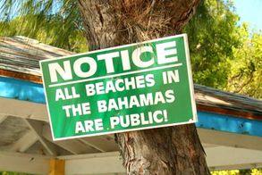 Ein Schild am Strand der Bahamas