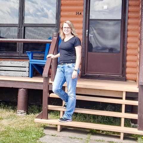 Beatrix vor einer Wohnhütte