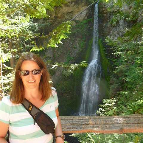 Carmen vor den Marymere Falls am Lake Crescent