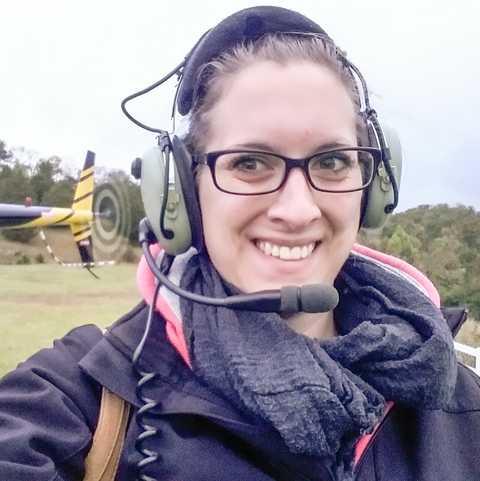 CANUSA Mitarbeiterin vor einem Helikopterrundflug mit Scenic Helicopter Tours in Tennessee
