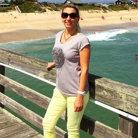 Manuela am Strand von Nag Head in North Carolina