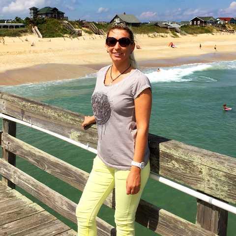 Manuela am Strand von Nag Head in North Carolina