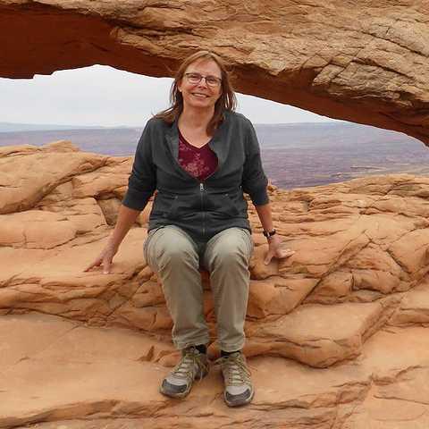 Carola vor dem Mesa Arch Felsbogen