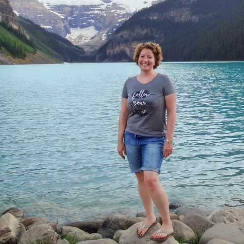 Mitarbeiterin Julia Rühl am Ufer des Lake Louise in Alberta