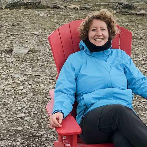 Mitarbeiterin Julia Rühl nimt sich eine Auszeit auf einem Berg in Alberta